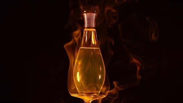 vídeos de stock e filmes b-roll de glass perfume bottle smoke hd footage glass perfume bottle smoke hd footage - perfume
