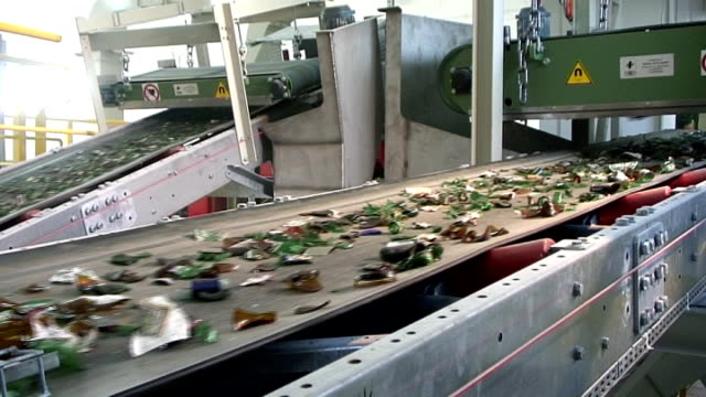 glas-recycling-clearing cullet unter electromagnet gürtel mit rollschnalle - altglas stock-videos und b-roll-filmmaterial