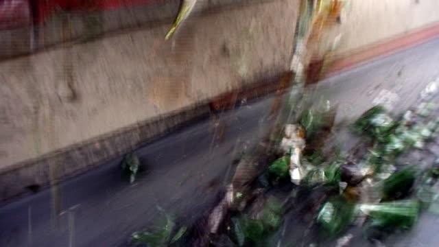glas recycling- cullet man von einem polo-shirt - altglas stock-videos und b-roll-filmmaterial