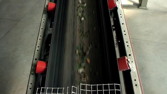 glas-recycling-green cullet auf conveor gürtel - altglas stock-videos und b-roll-filmmaterial