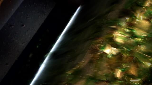 glas-recycling-gemischte cullet fallen down in optischer barrier highway - altglas stock-videos und b-roll-filmmaterial