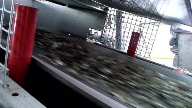 glas-recycling-gemischte cullet der sie schnell auf boot - altglas stock-videos und b-roll-filmmaterial