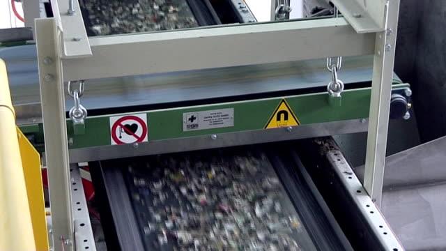 glas-recycling weiß cullet erfolgt unter electromagnet gürtel mit rollschnalle - altglas stock-videos und b-roll-filmmaterial
