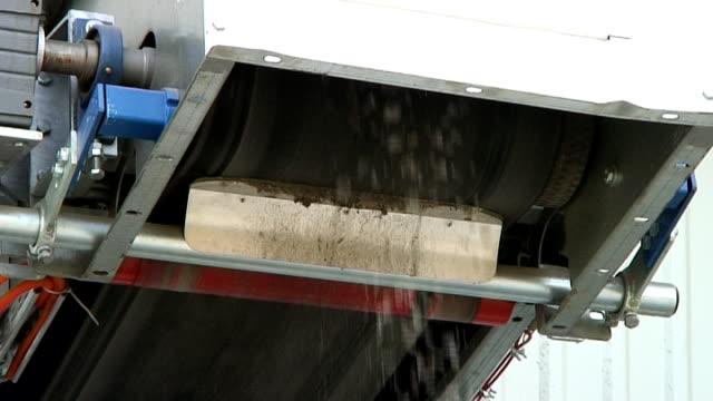 glas-recycling weiß cullet abkehr vom boot - altglas stock-videos und b-roll-filmmaterial