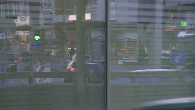 glass reflection of evening city traffic - пешеходная дорожка путь сообщения стоковые видео и кадры b-roll