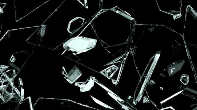 vídeos de stock e filmes b-roll de glass shattered and broken in slow motion. alpha - vidro
