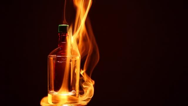glas som sköt alkohol flaska rök mörk bakgrund hd film - martini bildbanksvideor och videomaterial från bakom kulisserna