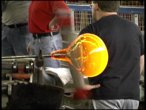 glassblowing: gorący płyn piłka obraca - krócej niż 10 sekund filmów i materiałów b-roll