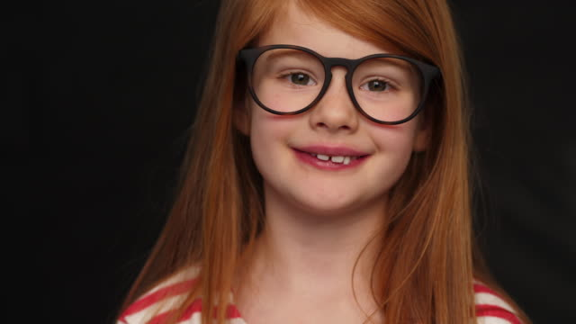 glasses girl with red hair - solo una bambina femmina video stock e b–roll