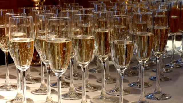 vidéos et rushes de glaces de champagne à la partie de mariage - flûte à champagne