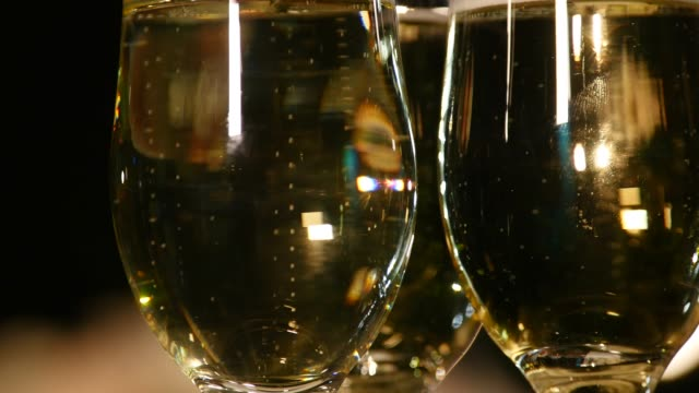 vídeos de stock, filmes e b-roll de copos de champanhe ou vinho espumante - eventos de gala
