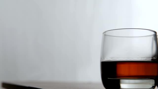 occhiali di whisky - brandy video stock e b–roll