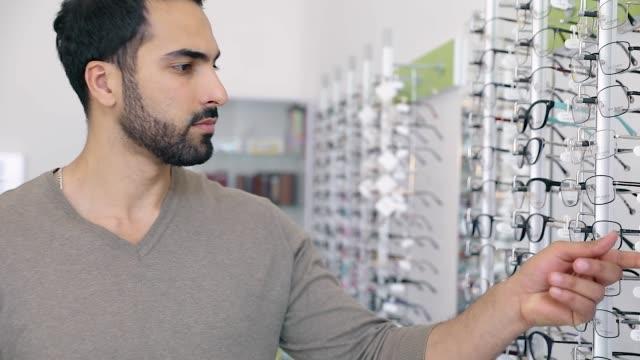 眼鏡屋。光学系の店で眼鏡の人 ビデオ