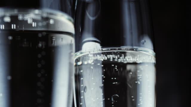 stockvideo's en b-roll-footage met bril met champagne bubbels op donkere achtergrond - geroosterd brood