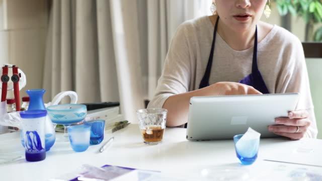 Glasswokers tomando un descanso en talleres - vídeo
