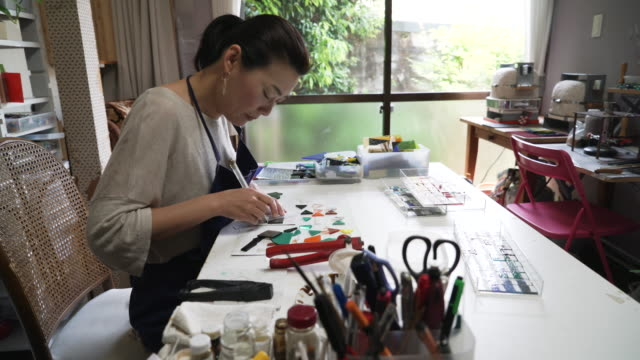 Glassworkers make glass accessories at home ateliers video
