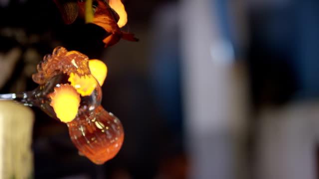 Glashütten-Herstellungsprozess . Herstellung von Glasflaschen . Flaschenherstellung Industriefabrik . Geschmolzenes Glas. Glasfabrik . Prozess der Herstellung von Glasprodukten . Zeitlupe. Nahaufnahme . – Video