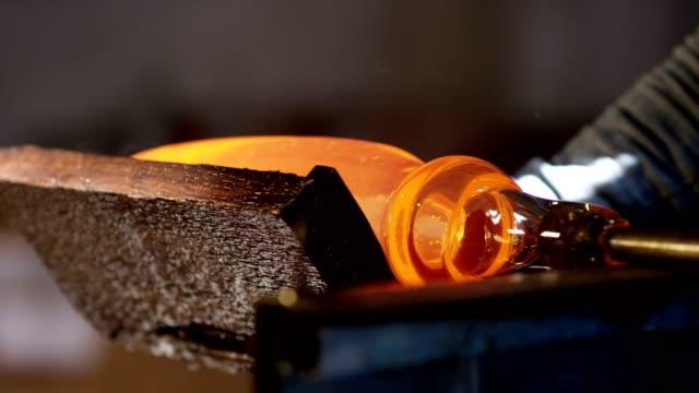 4kグラスワークス製造プロセス。ガラス瓶の製造ボトル製造産業工場溶融ガラス.ガラス工場ガラス製品の作成プロセススローモーション。 - グラス点の映像素材/bロール