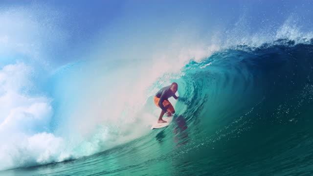 スローモーション:大きなチューブ波に乗ってサーファーの上にガラスの海水が飛び散ります。 - サーフィン点の映像素材/bロール