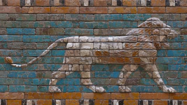 vídeos y material grabado en eventos de stock de ladrillo esmaltado bajo relieve de la puerta ishtar de babilonia - ornamentado