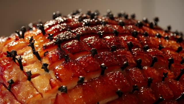 stockvideo's en b-roll-footage met geglazuurde vakantie ham met kruidnagel - ham