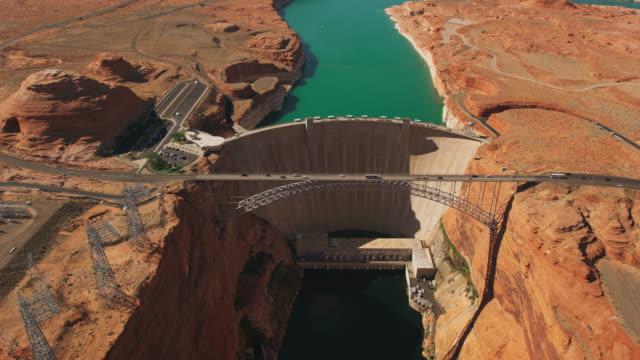 aerial glen canyon dam am colorado river in arizona - staudamm stock-videos und b-roll-filmmaterial