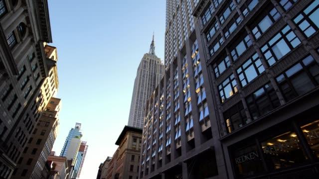 エンパイアステート ビルディング ニューヨーク ニューヨーク市マンハッタンの象徴的な超高層ビルのショットを滑空します。 - ローアングル点の映像素材/bロール