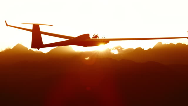 vidéos et rushes de planeur au-dessus des nuages au coucher du soleil - glisser