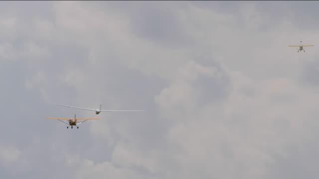 glider plane in tow of an motorplane - rimorchiatore video stock e b–roll