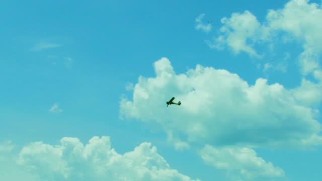 aliante traino volo alto nel cielo - rimorchiatore video stock e b–roll