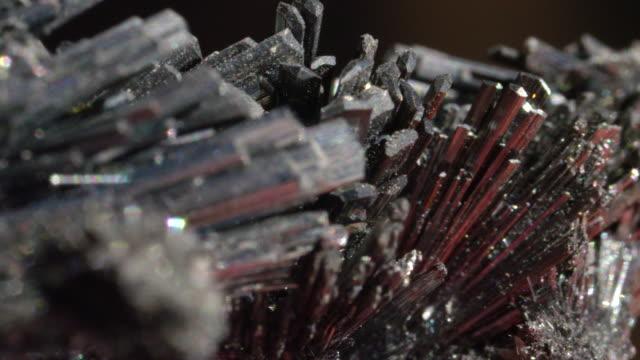 makro dof: glimrande svart ädel sten filmat på mycket nära avstånd. - mineral bildbanksvideor och videomaterial från bakom kulisserna