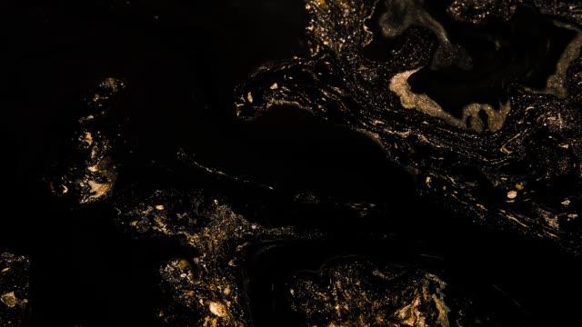 vidéos et rushes de mouvement de mélange de liquide de liquide de bronze noir de flux de peinture de paillettes - perfection