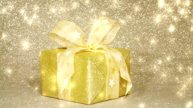 glittering golden gift box with shining stars - star pattern bildbanksvideor och videomaterial från bakom kulisserna