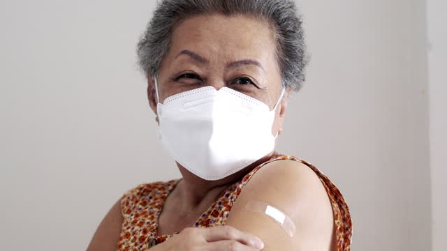 global health / covid-19 vaccine - arm bildbanksvideor och videomaterial från bakom kulisserna