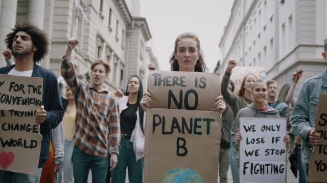 地球温暖化とプラスチック汚染の抗議 - community activism点の映像素材/bロール