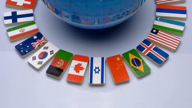 vídeos de stock, filmes e b-roll de globo e bandeiras nacionais do mundo - país área geográfica