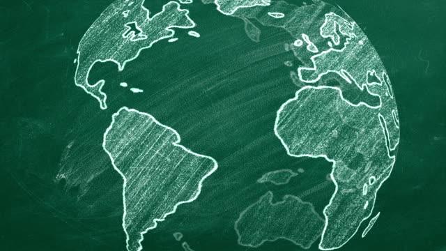 vídeos de stock e filmes b-roll de globe on chalckboard - green world