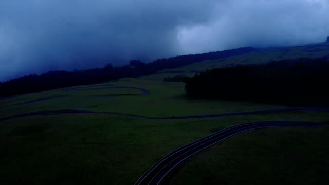 stockvideo's en b-roll-footage met sombere wolken drijven over maui vulkaan mountain - mist donker auto