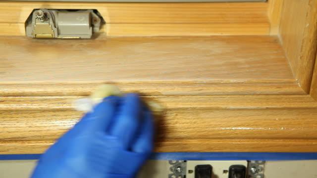 mano guantata staining finestra di quercia finitura - poliuretano polimero video stock e b–roll