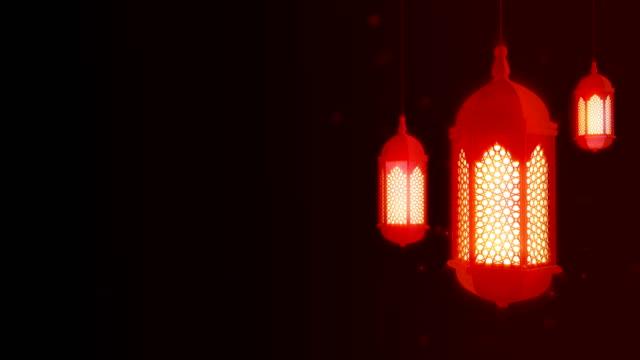 светящийся праздничный фонарь свисается с потолка на темном фоне. рамадан карим исламского движения фона. 3d цикливная анимация. - фанус стоковые видео и кадры b-roll