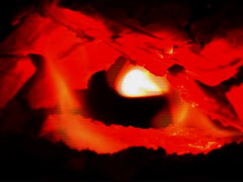 輝く石炭の火 - 物理的特徴点の映像素材/bロール