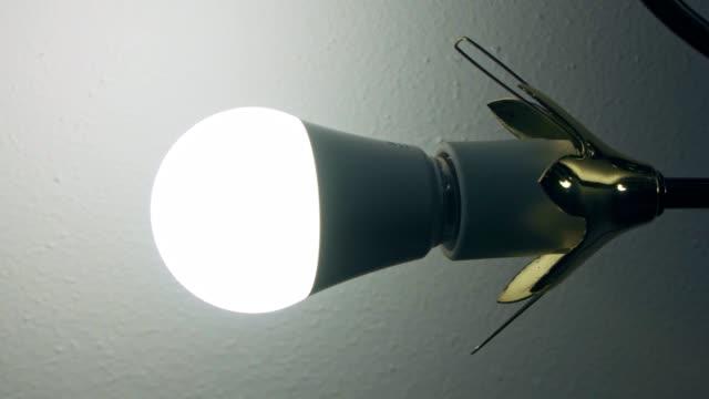 vídeos de stock, filmes e b-roll de lâmpada de incandescência do diodo emissor de luz perto do teto - led