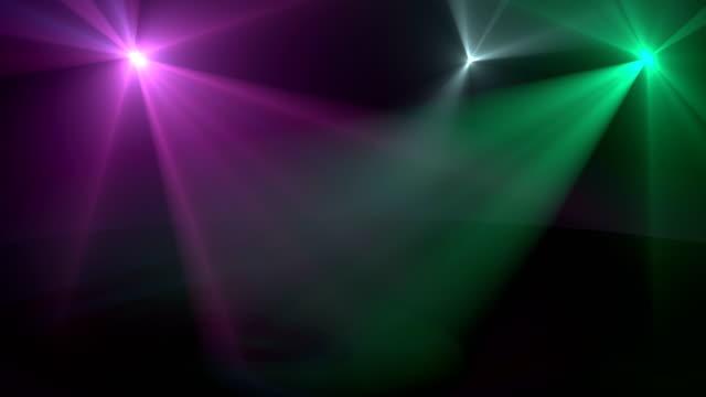 stockvideo's en b-roll-footage met gloeiende draaiende spots 3d realistische beelden. felle kleur stralen op het podium roterende bewegings animatie. groen, wit en violet schijnwerper op de vloer. lampen in dark room abstract lus video - spotlicht elektrisch licht