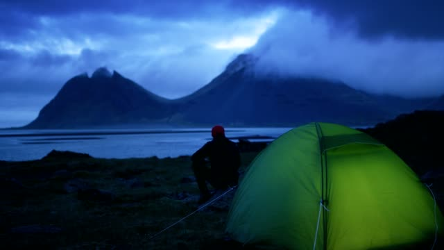 stockvideo's en b-roll-footage met gloeiende tent onder een bewolkte hemel - bewondering