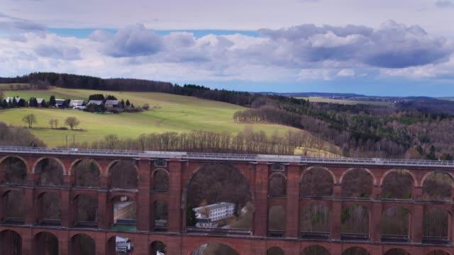 göltzsch 高架橋穿越風景如畫的山谷-無人機射擊 - 橋 建築物 個影片檔及 b 捲影像