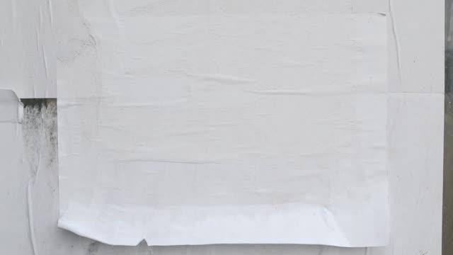 vídeos de stock, filmes e b-roll de folha de papel colada no vento. - poster