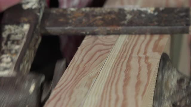 clamping gluing und zwei hölzernen -brett - bandsäge stock-videos und b-roll-filmmaterial