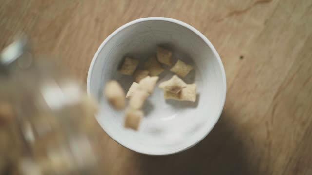 gluten freie getreide in einer schüssel - glutenfrei stock-videos und b-roll-filmmaterial