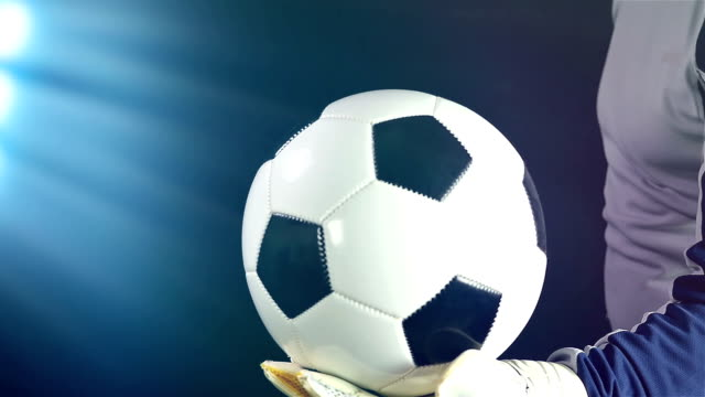 vídeos de stock e filmes b-roll de goal keeper with a ball in hand ready to kick it off, slow motion - campeão soccer football azul