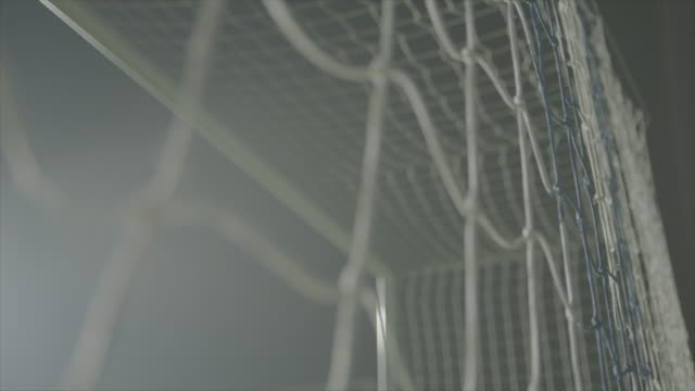 vídeos de stock, filmes e b-roll de objetivo de líquido à noite - futebol internacional